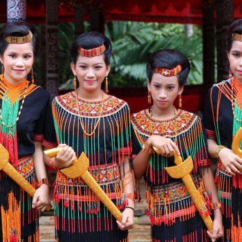 3. Kobiety Toraja w tradycyjnych strojach